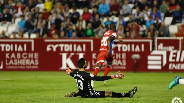 Tomeu Nadal, desolado en el suelo, tras encajar el gol de Adrián Ramos