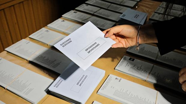Imagen de los sobres y las papeletas para los comicios europeos tomada en el almacén electoral
