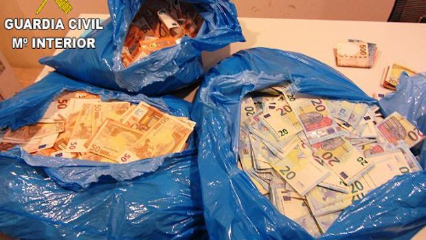 Dinero intervenido en el aeropuerto de Valencia, parte del operativo que se saldó con la detención de cuatro personas chinas