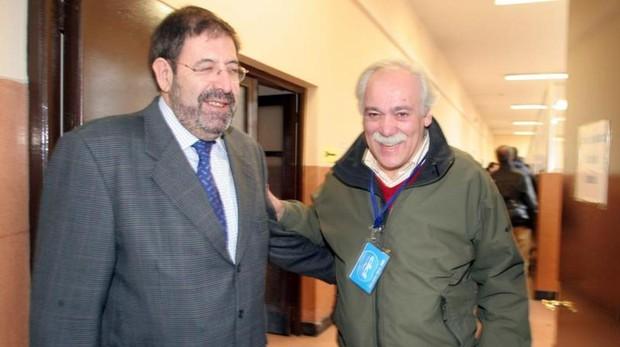 López Bravo (derecha) en 2008, durante su época de concejal en el Ayuntamiento de Ondárroa (Vizcaya)