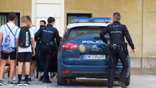 Imagen de archivo de unos agentes de la Policía Nacional en Alicante