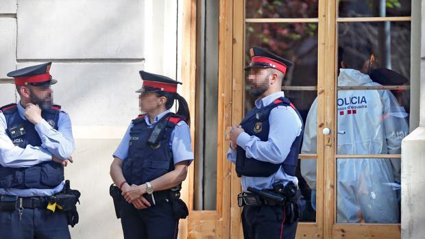 Los investigadores peinaron ayer martes el bar de la Avenida Mistral, donde se había cometido el crimen