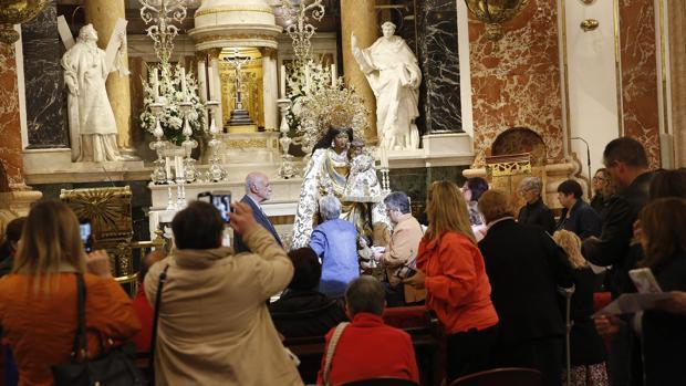 La Basílica de la Virgen de los Desamparados acoge a los devotos para el Besamanos