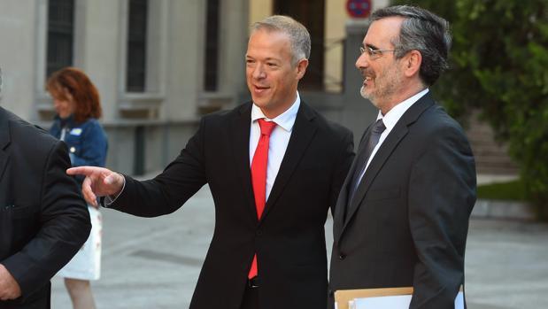El portavoz del PSOE en el Senado, Ander Gil, charla con el presidente de la Cámara, Manuel Cruz