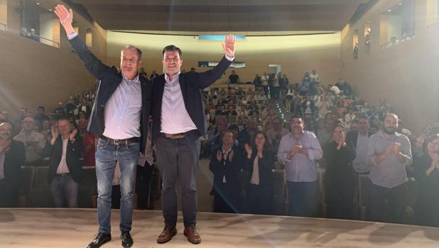Gonzalo Caballero, ayer en O Carballiño, con el candidato a la alcaldía