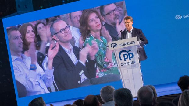 Alberto Núñez Feijóo, en el mitin celebrado en Orense, con Jesús Vázquez en la pantalla