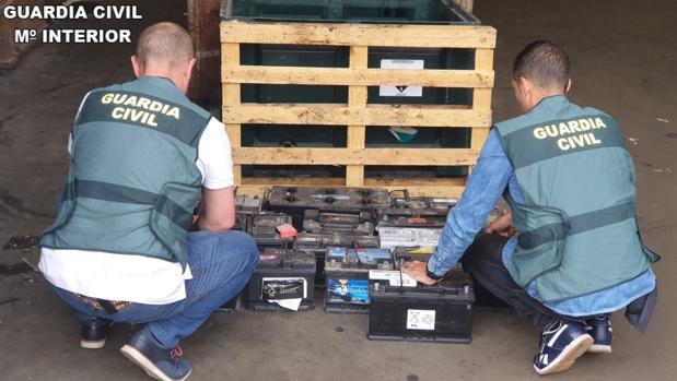 Dos efectivos de la Guardia Civil junto a las baterías de camión sustraídas en Valencia