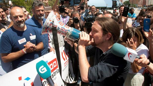 Pablo Iglesias, en la fábrica que el grupo PSA tiene en Vigo para apoyar a los trabajadores que están en huelga