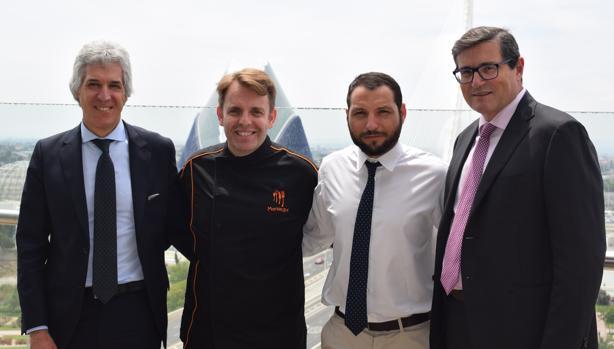 De izquierda a derecha, el director de El Corte Inglés Avda. de Francia, Agustín Alonso; César Marquiegui, chef del Restaurante Piripi de Alicante; el metre David Inglese; y Pau Pérez Rico, director regional de Comunicación y Relaciones Institucionales de El Corte Inglés