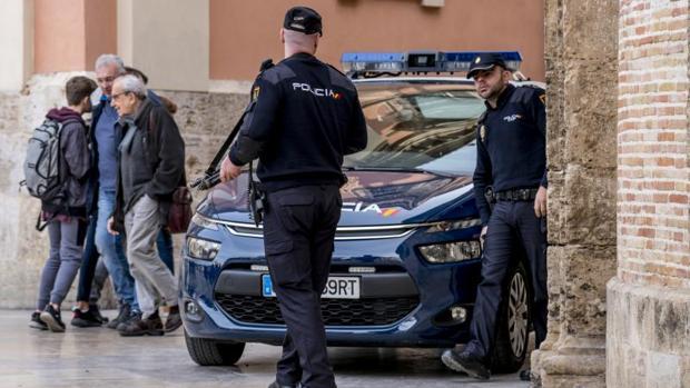 Dos agentes de la Policía Nacional en Valencia