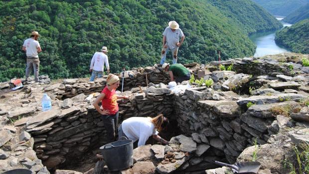 Trabajos de excavación en la zona de Os Conventos, en la Ribeira Sacra