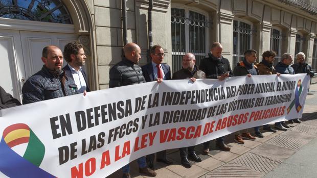 Concentración en abril de representantes de sindicatos policiales frente al Parlamento Vasco junto a dos diputados del PP, Alfonso Alonso y Borja Sémper