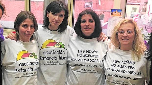 Las tres detenidas son Ana María Bayo (izquierda), Patricia González, (a su lado) y María Sevilla, a la derecha de la foto