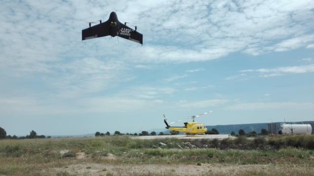 El prototipo volando cerca de un helicóptero en las pruebas para su puesta en marcha