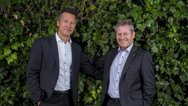 Dirk Hoke (izq.) y Alberto Gutiérez posan para ABC tras la entrevista mantenida en Sevilla