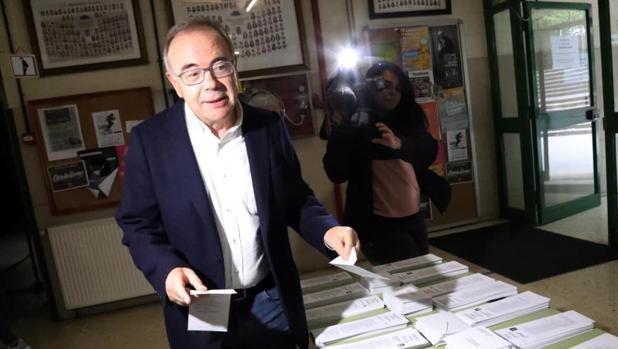 El socialista Xosé Sánchez Bugallo, en el colegio electoral al que acudió a votar