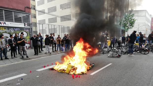 Repartidores de Glovo queman mochilas en señal de protesta