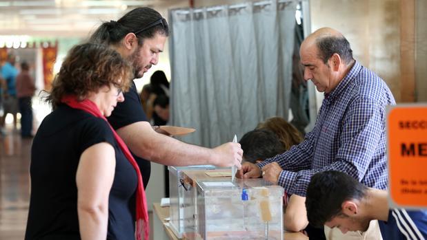 Un hombre ejerce su derecho a voto en las elecciones autonómicas, locales y europeas del 26M