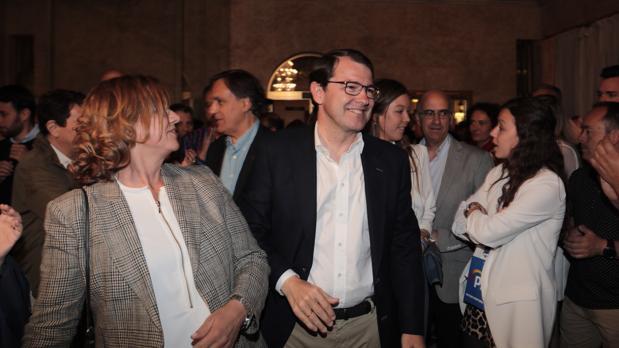 El candidato a presidente de la Junta de Castilla y León, Alfonso Fernández Mañueco, en la sede del PP de Salamanca junto a su familia