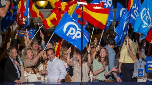 Celebración del PP en su sede de Génova, de madrugada, tras finalizar el recuento de votos