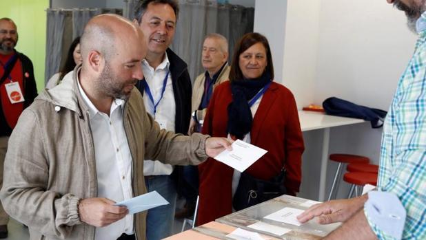 Luis Villares votando en la ciudad de Lugo