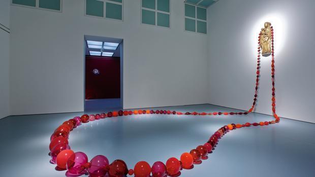 Una de las salas del Museo Polo con la obra de Maria Roosen, «Red Roosenary»