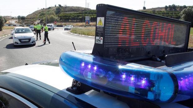 Agentes de tráfico realizando un control de alcoholemía