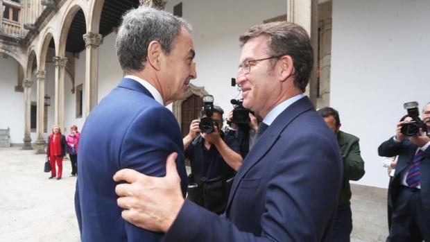 Feijóo saluda a Zapatero a la llegada de este al Hostal de los Reyes Católicos (Santiago)