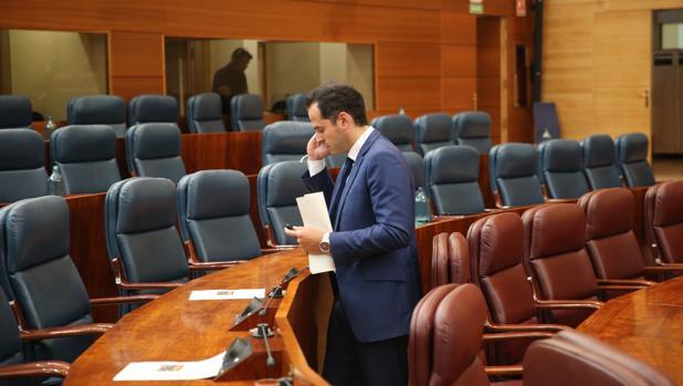 Ignacio Aguado, candidato de Cs, habla por teléfono al finalizar el pleno de constitución de la Asamblea