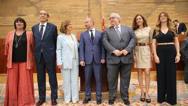 Los siete miembros de la Mesa de la Asamblea: de izq. a dcha., Encarnación Moya (PSOE), José Ignacio Arias (Vox), Paloma Adrados (PP), Juan Trinidad (Cs), Diego Cruz (PSOE), María Eugenia Carballeda (PP) y Esther Ruiz (Cs)