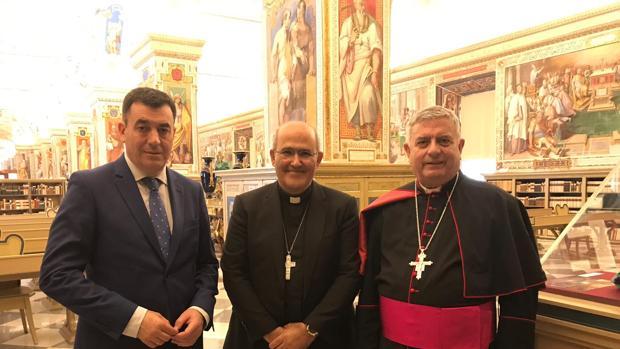 Rodríguez, en su visita ayer a la biblioteca vaticana en Roma