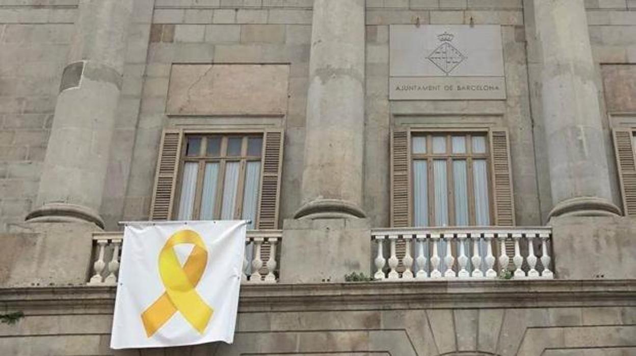 Ada Colau volverá a poner un lazo amarillo en el balcón del