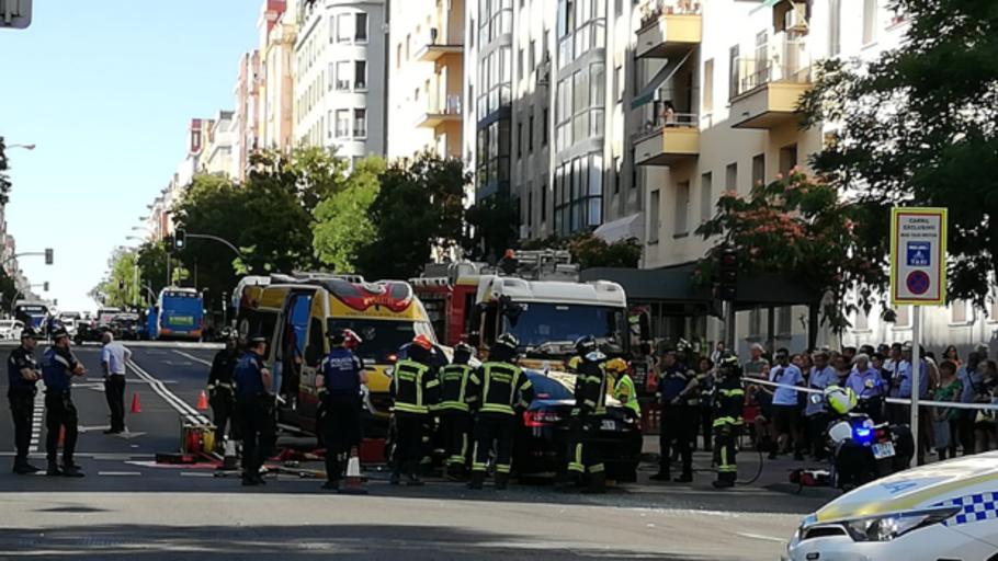 Un fuerte impacto entre una VTC y un autobús deja ocho heridos en Madrid