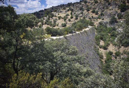 Cara destinada a embalsar el río Guadarrama que hoy discurre por su aliviadero