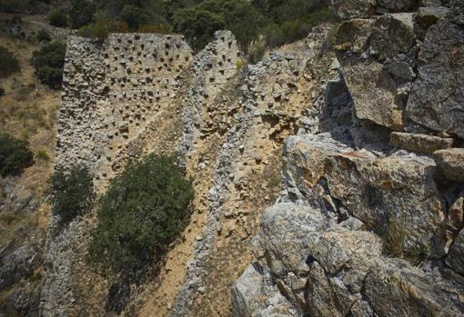 Restos del muro de mampostería de granito derruido tras la tormenta de 1799