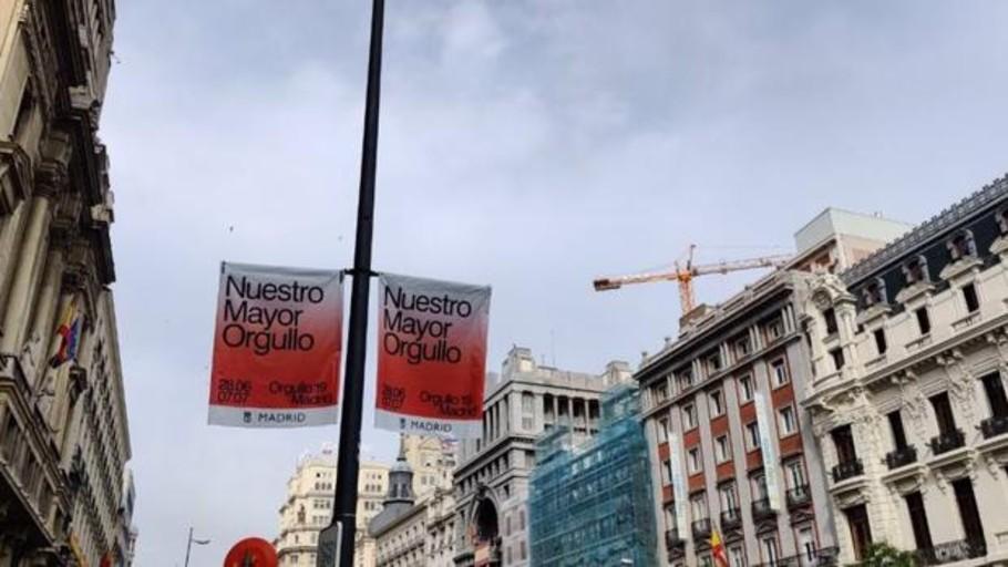 Orgullo Gay 2019: El Ayuntamiento modifica las banderolas de Más Madrid para «unificar el mensaje»