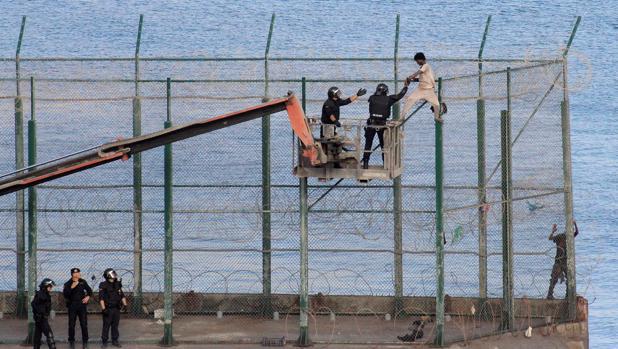 Los últimos asaltantes de la valla siguen en Ceuta sin ser expulsados
