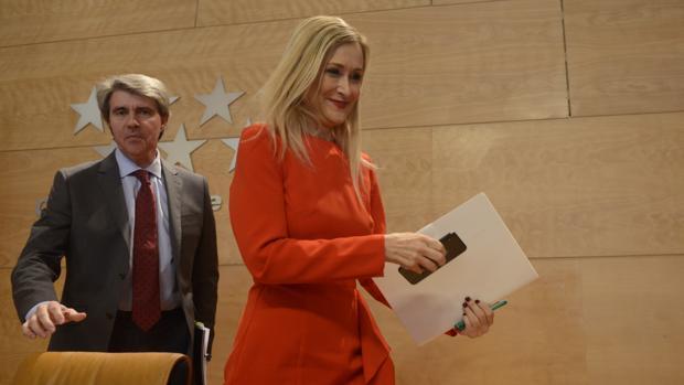 Cristina Cifuentes, junto a Ángel Garrido, antes de comparecer ante la prensa