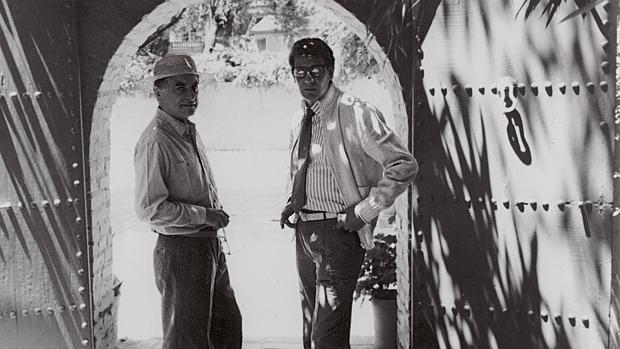 Pierre Bergé e Yves Saint Laurent posan en la entrada del Jardín Majorelle en los años 70. A la derecha, la Casa Berber en Marrakech