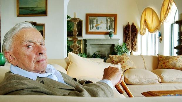 Gore Vidal posa en uno de los salones de su magnifíca villa