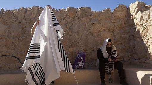 Dos judíos con el tradicional talit preparándose para la oración en Massada
