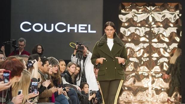 Abrigo estilo militar , uno de los looks que presentó Couchel