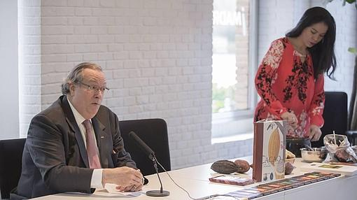 Jorge Redmond, Presidente de «Chocolates El Rey», junto a Helen López, organizadora del evento
