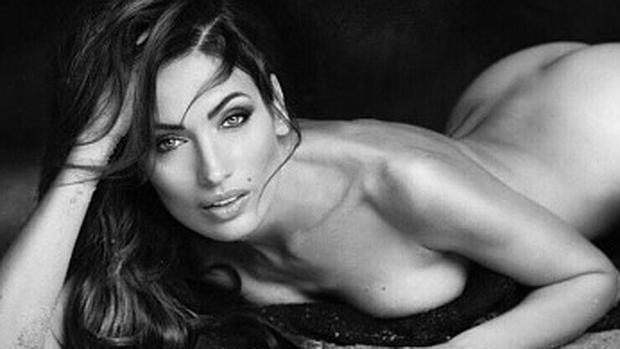 Nieves álvarez Posa Completamente Desnuda Por Sus 20 Años De Carrera
