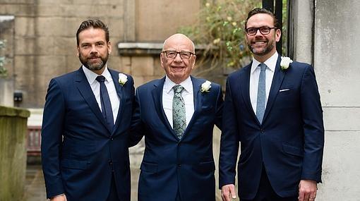 Murdoch y sus hijos Lachlan y James a la entrada de la iglesia