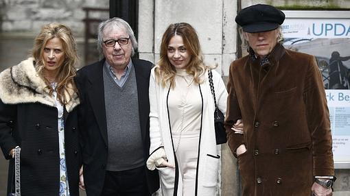 Bill Wyman y Bob Geldof llegan con sus respectivas esposas, Suzanne Accosta y Jeanne Marine