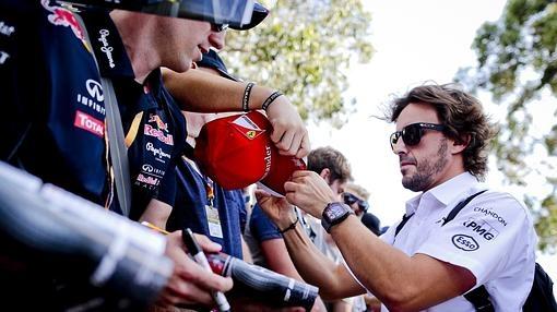 Fernando Alonso firma autógrafos a su llegada al circuito Albert Park