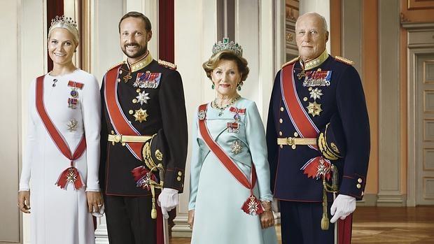 La Princesa Mette-Marit, el Príncipe Haakon, la Reina Sonia y el Rey Harald V de Suecia