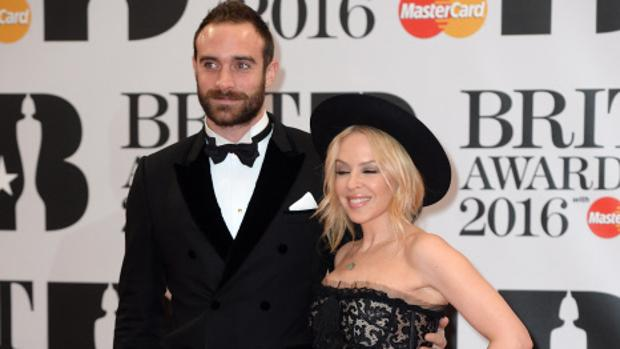 Kylie Minogue y Joshua Sasse en los Brit Awards