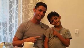 El hijo de Cristiano Ronaldo canta al ritmo de Nicky Jam